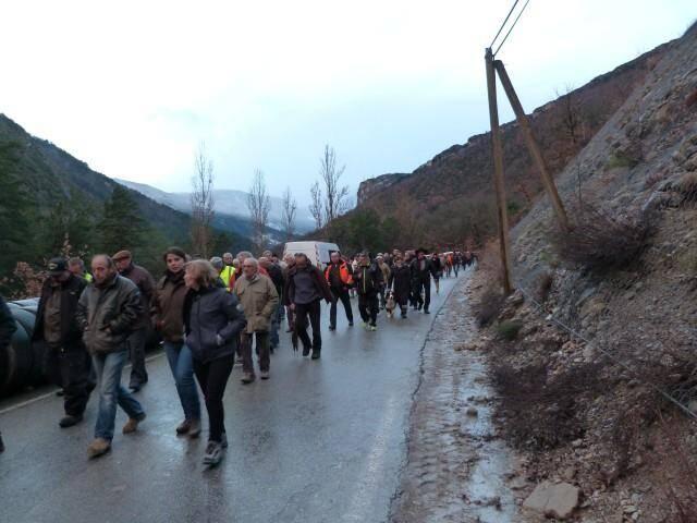 Les manifestants, de retour de la préfecture des Alpes de Haute Provence, ont continué à protester sur les lieux du drame du train des Pignes à Saint Benoît.
