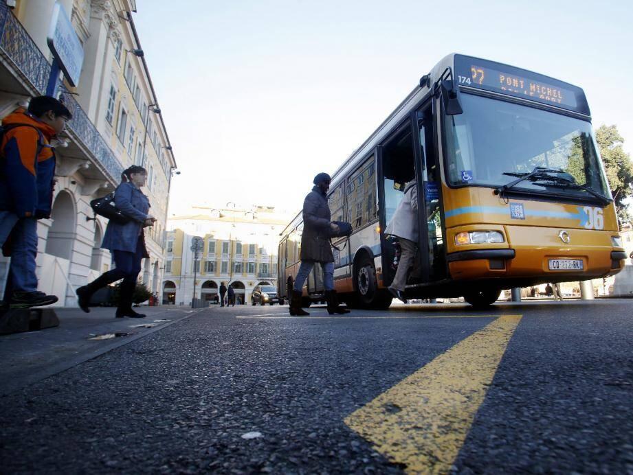 Les transports en commun font partie des points noirs de l'accessibilité pour l'APF. Ici, un arrêt déplacé place Garibaldi était inaccessible pour des personnes en fauteuil en janvier dernier.