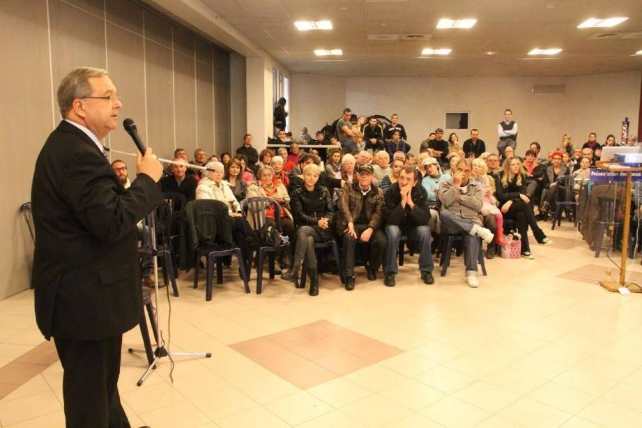 Alain Martel face au public.