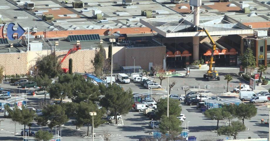 Deux grues s'affairaient hier sur le site de Carrefour Lingostière, la rouge à l'emplacement de la future entrée qui va être percée dans le mur d'enceinte, la jaune au pied de l'auvent de 680 tonnes qui va être démonté.