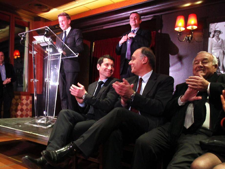 Gilles Cima et Yves Jégo sur la scène; David Lisnard, Daniel Mansanti, maire de Théoule et Bernard Brochand, député-maire de Cannes, au premier plan. Tous venus célébrer une union.