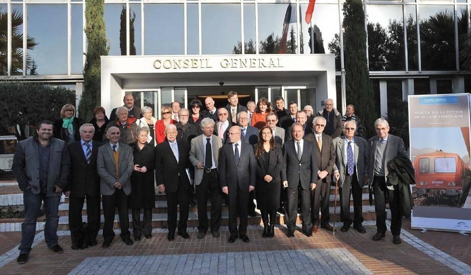 Les membres de la Cafi entourant Mme Lippi, consul général d'Italie à Nice, Eric Ciotti et les élus des deux pays, à l'issue de la réunion d'hier au conseil général.