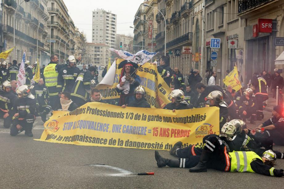 Sifflets et sirènes, pétards et fumigènes, 180 pompiers ont manifesté hier matin à Toulon.