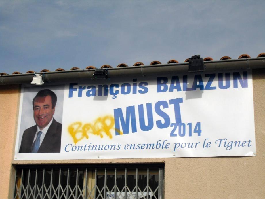 Le panneau tagué, devant la permanence de François Balazun