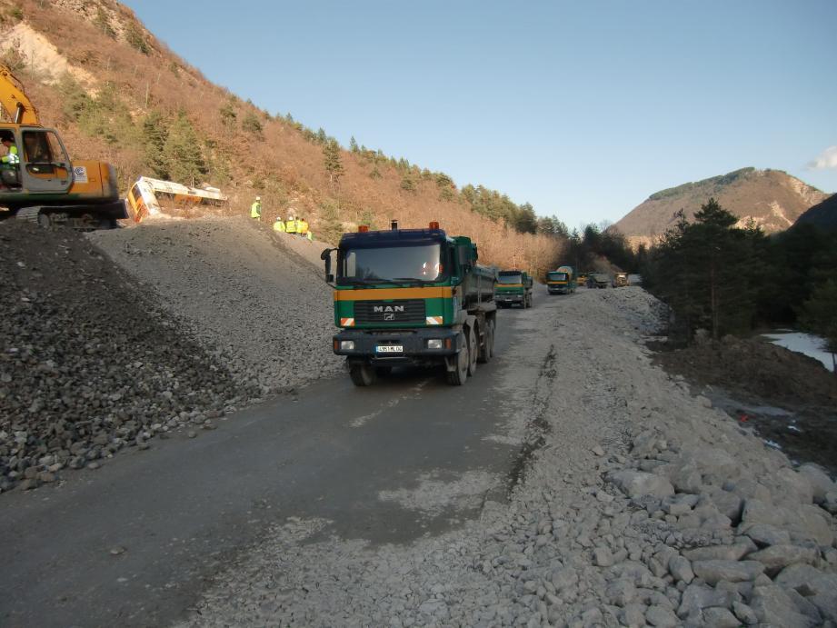 Les camions à l'œuvre hier pour monter un « merlon », une levée de terre durcie côté falaise par du béton. La réouverture ne se fera que sur une voie.