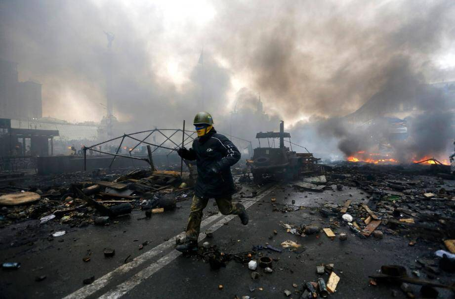 Cadavres qui jonchaient le sol, visages ensanglantés, manifestants casqués derrière les barricades : depuis hier, la capitale ukrainienne est plongée dans le chaos.