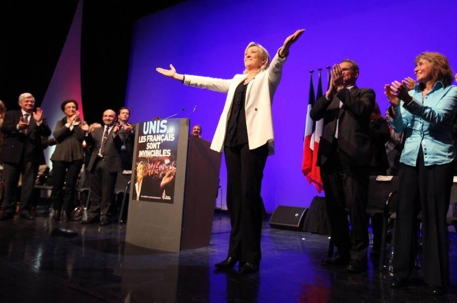 Plus de 800 personnes sont venues applaudir Marine Le Pen, brièvement précédée à la tribune par son père Jean-Marie, « invité surprise ».