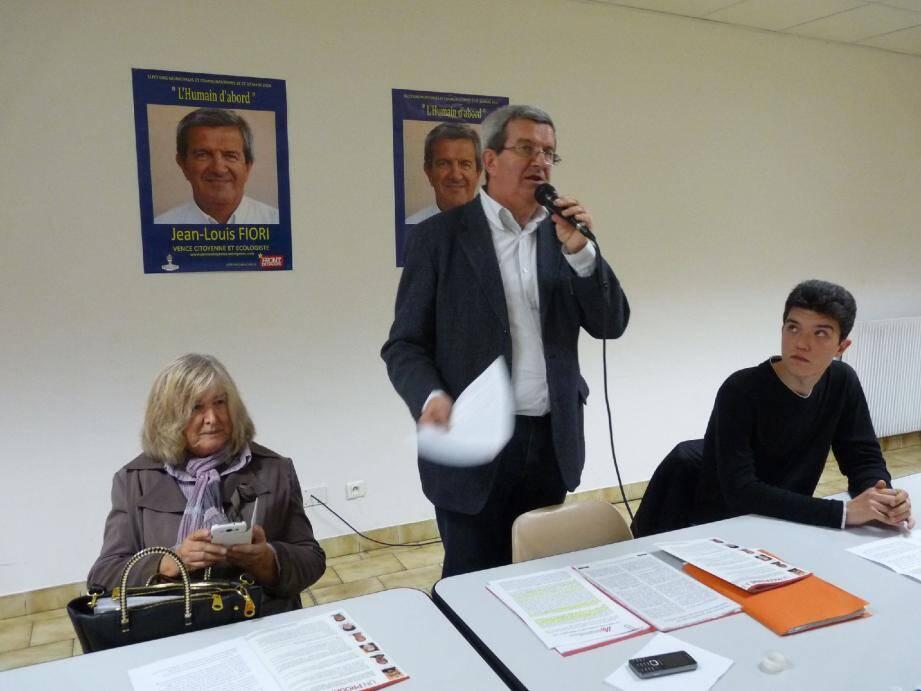 """Jean-Louis Fiori, ici entouré à la tribune par Florence Delorme-Gaetti et Daniel Aabye-Foucard, souhaiterait introduire """"un vrai pluralisme au sein du conseil municipal vençois""""."""