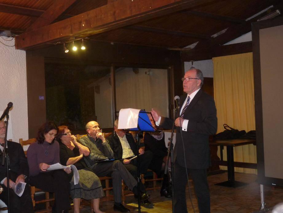 Jean-Michel Sempéré entouré de ses colistiers lors de sa réunion de présentation de son programme. Photo T. S.
