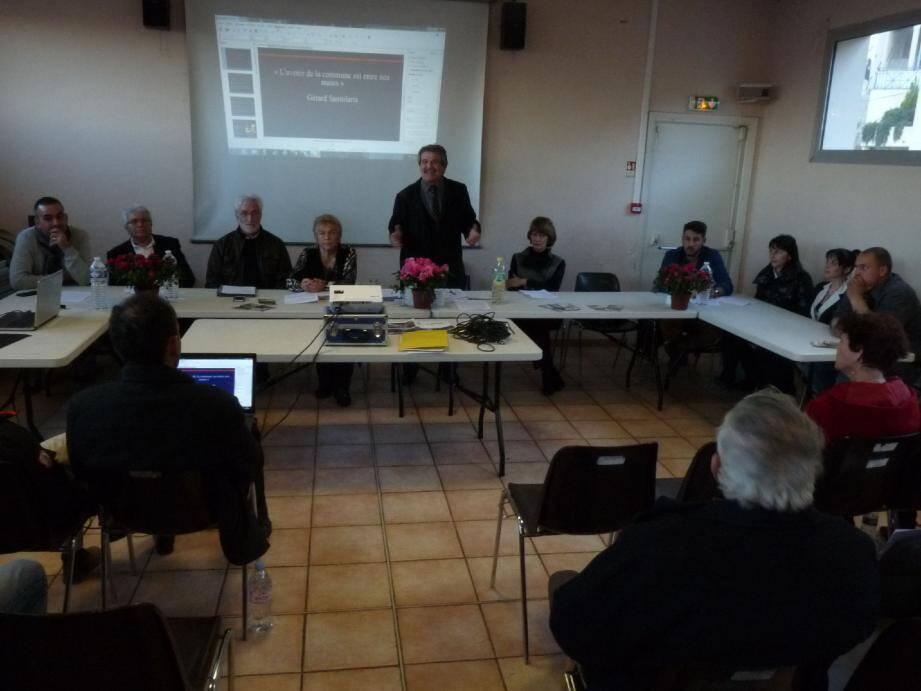 Le candidat Gérard Santolaria entouré de ses colistiers.