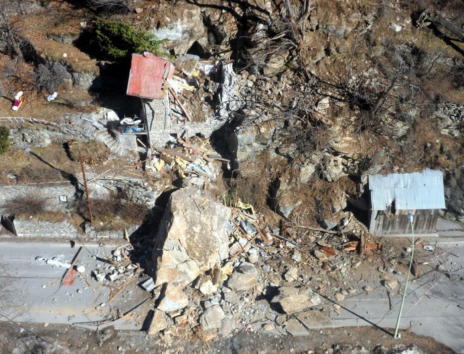 La maison, dans laquelle dormaient deux familles, a été balayée par un énorme rocher dimanche, vers 4 heures du matin.