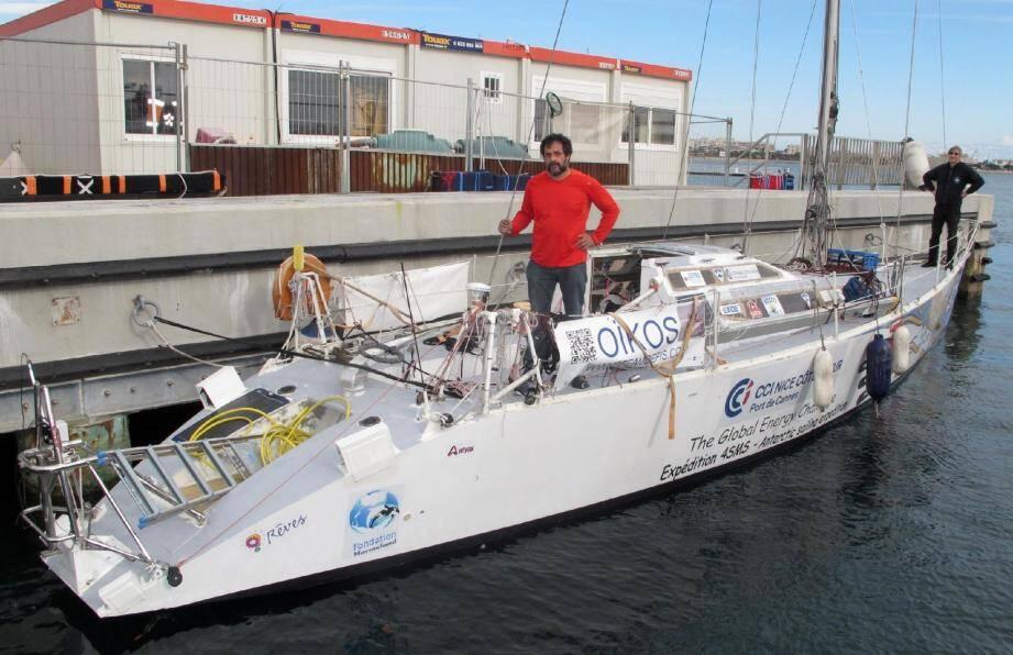 Délicate opération de remise à l'eau hier au port de Cannes. Le navigateur devra aussi charger 700 kg de nourriture dans les cales de l'Oïkos.