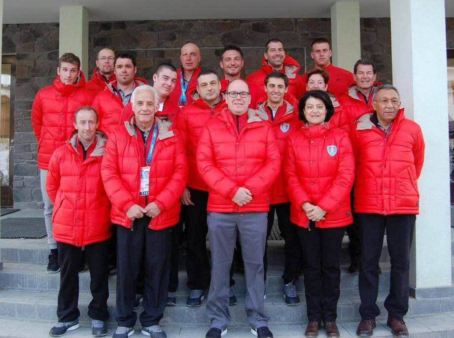 Le prince Albert avec la délégation monégasque dans le village olympique de Derevnia.