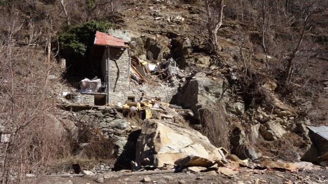 Un énorme bloc de rocher a détruit le chalet.