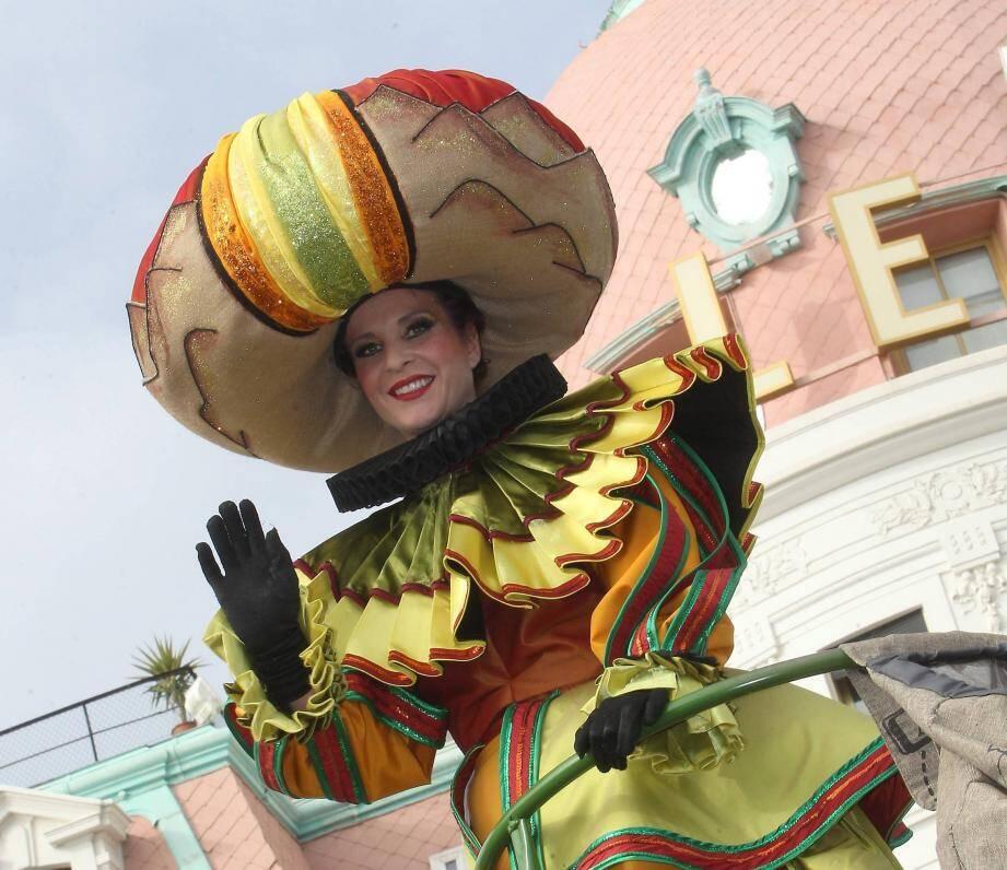 L'une des animatrices de la Bataille de fleurs du 130e Carnaval de Nice.