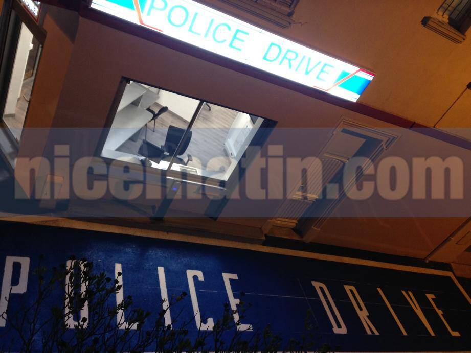 """Le """"police drive"""" se présente sous la forme d'un long guichet vitré de trois mètres de large, le long du nouveau commissariat municipal."""