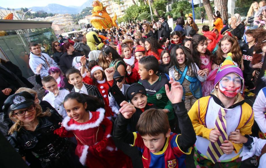 Carnaval des enfants: 1.500 pitchouns lancent la Fête du citron à Menton