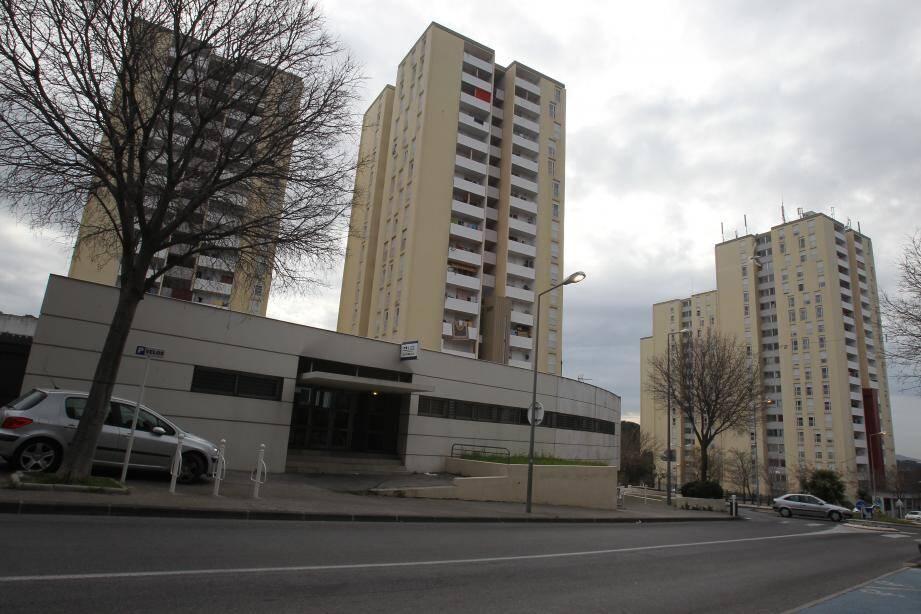 Mourad T., a été retrouvé sur un pas-de-porte au troisième étage de la Tour 81 (à gauche) de la cité de La Beaucaire dans la banlieue de Toulon.