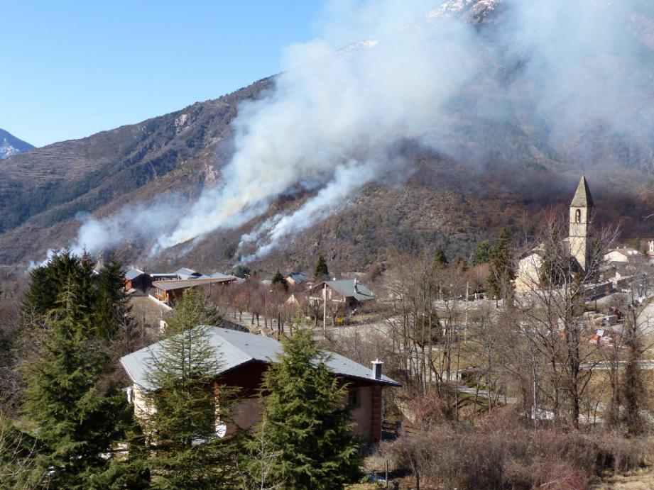 Six départs de feux de broussailles se sont déclarés à Valdeblore lundi après-midi. Un hectare de végétation est parti en fumée.
