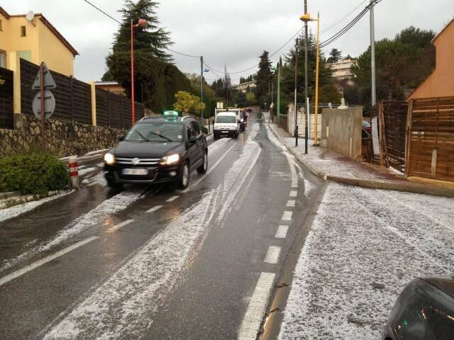 Les automobilistes ont été surpris par la soudaineté et la violence de ce bref orage de grêle.