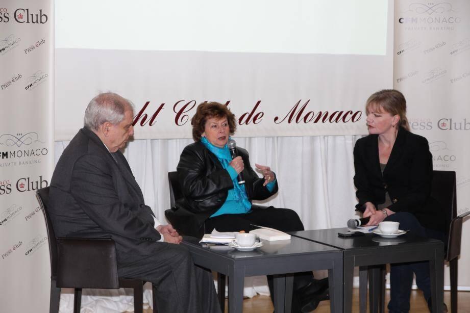 Michèle Cotta, entourée de Noël Mettey, de la Gazette de Monaco, et Joëlle Deviras, de Monaco-Matin, a évoqué la politique et sa longue carrière dans les médias.