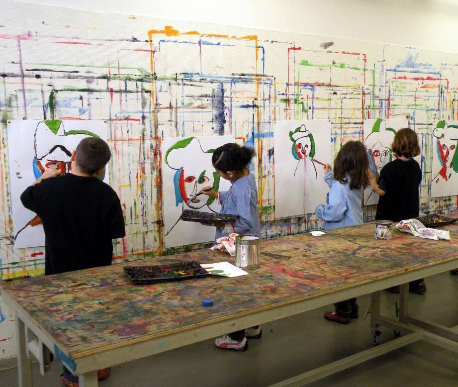Les enfants réalisent leurs propres œuvres dans l'atelier de pratiques artistiques du musée Matisse.