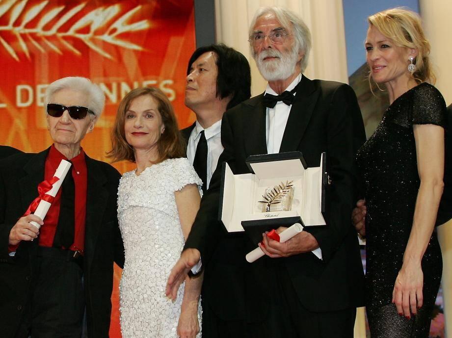 Alain Resnais (à gauche) s'était vu décerné le prix spécial du jury du festival de Cannes pour Les Herbes folles en 2009.