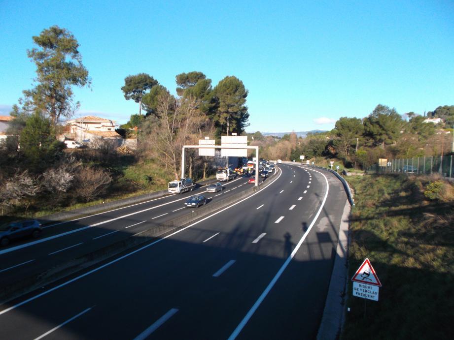 Accident pénétrante 27 février 2014. Une automobiliste en panne s'est arrêtée sur le bord de la route à proximité de la sortie Antibes dans le sens Grasse Cannes. Trois véhicules l'ont percutée. Pas de blessés à déplorer.