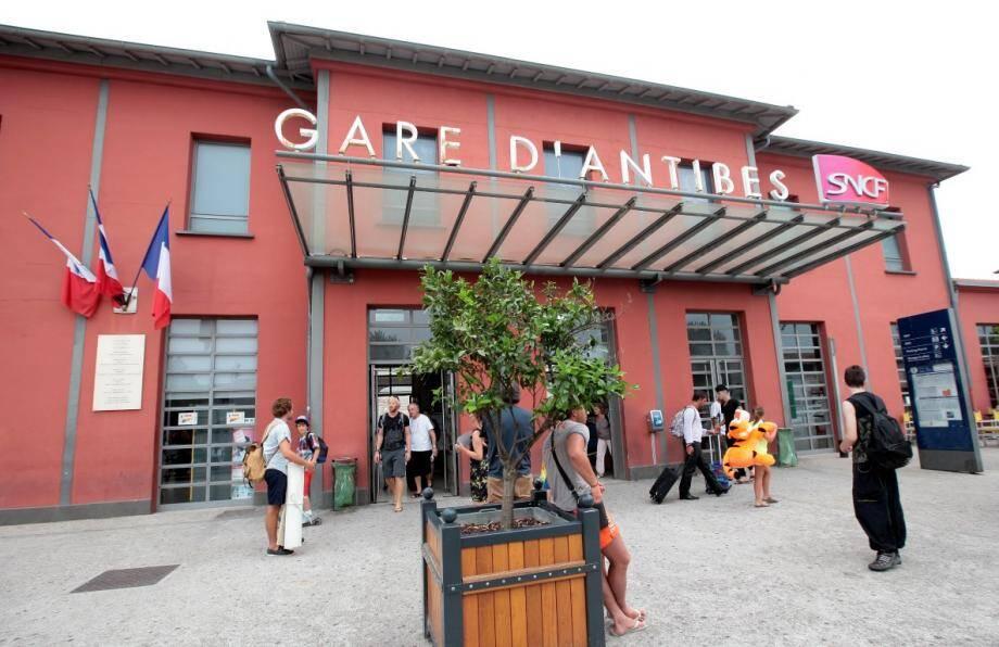 La gare SNCF d'Antibes, à quelques hectomètres de laquelle a eu lieu l'accident.