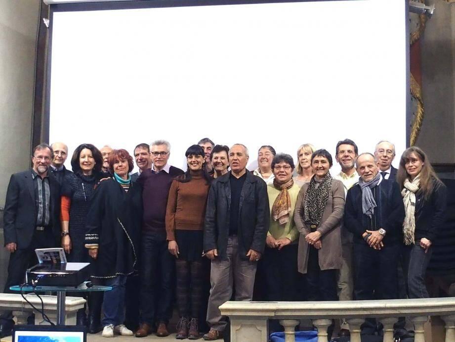 Devant l'écran où ont défilé les illustrations du programme, toute l'équipe au grand complet de « Ensemble pour Breil, Libre et Piène » autour d'André Ipert.