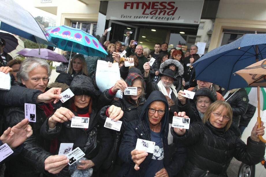 Les quelque 200 naufragés de la salle Fitness Land, fermée sans prévenir, ont brandi leurs cartes d'adhérents et hurlé leur colère contre les deux gérants qui ne veulent pas les rembourser.