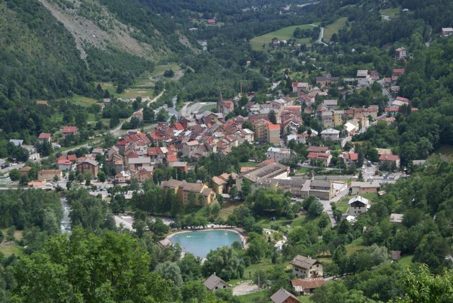Le village de Saint-Etienne-de-Tinée comporte aussi six hameaux et la station d'Auron.