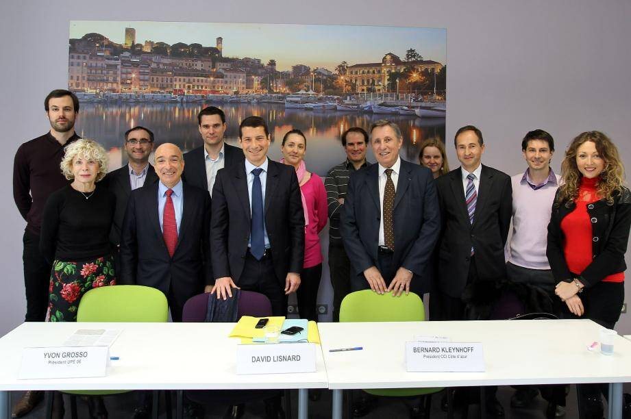 Entourés de jeunes entrepreneurs cannois, Anny Courtade, Yvon Grosso, David Lisnard et Bernard Kleynhoff ont officialisé le pacte sur l'économie et l'emploi.