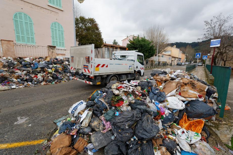 Le 26 février, les salariés en grève de Bronzo ont déposé des tas d'ordures ménagères dans la commune du Castellet.