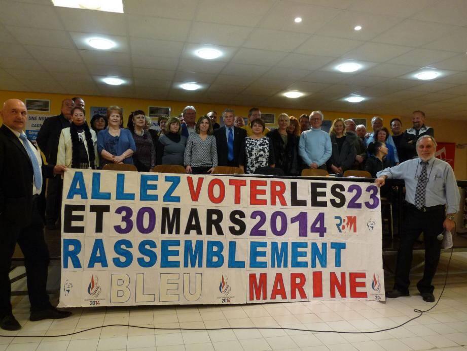 Derrière la banderôle, les candidats et, à droite, leur tête de liste : Gérard Vanderborck !
