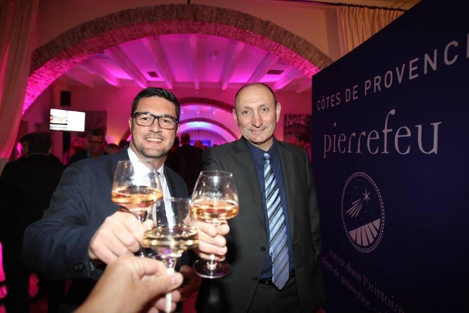 Frédéric Ravel, président de l'association des vignerons de Cuers - Pierrefeu - Puget-Ville, et Alain Baccino, président de la chambre d'agriculture et vice-président de l'association, ont savouré ce moment et le premier millésime.