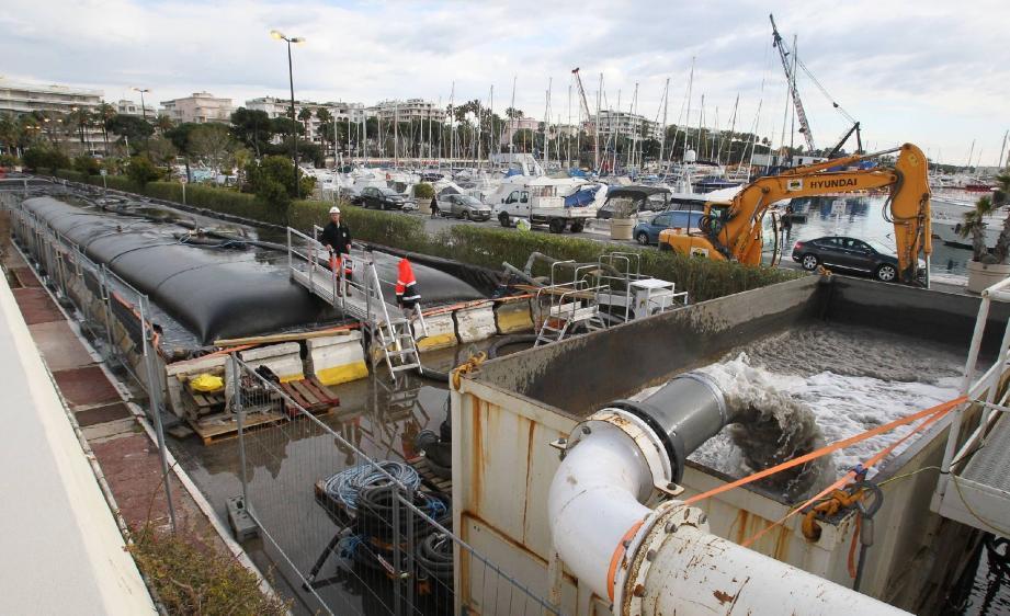 Le chantier de réfection du quai d'honneur (ci-dessous) s'accompagne d'une opération de traitement des matériaux remontés des fonds.