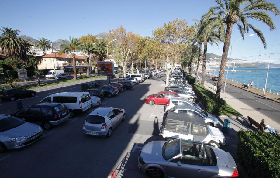 Place d'Armes, le projet le plus ambitieux de Jean-Claude Guibal consistera à implanter un espace de loisirs autour d'un multiplexe de cinq salles de cinéma et d'un parking public.