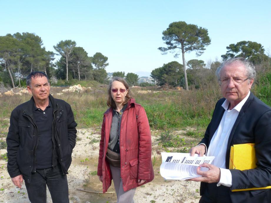 José Garcia Abia et deux de ses colistiers Frédérique Sainct et Richard Folcheris sur le terrain en friche de l'ex-éco-lotissement, un projet avorté.