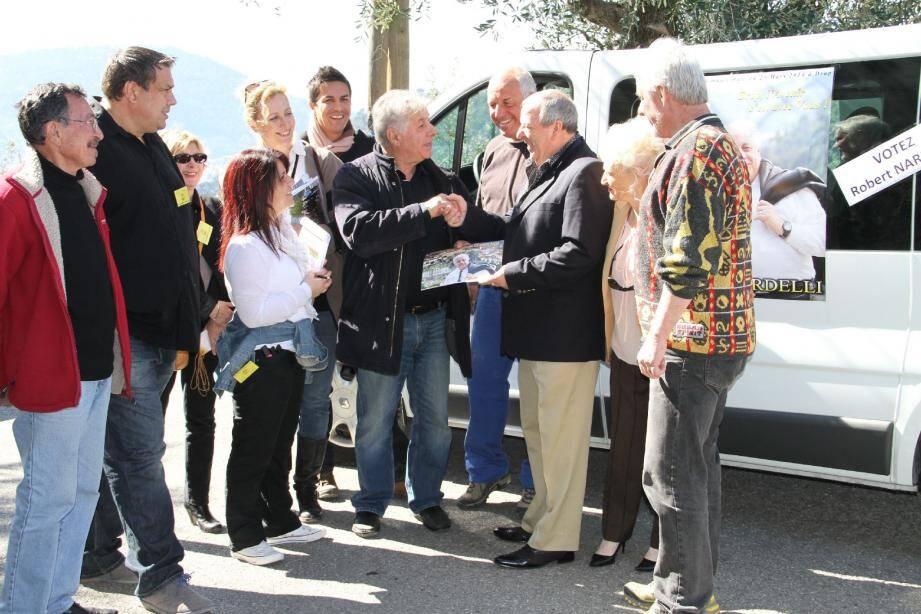 Robert Nardelli et ses colistiers, dont Philippe Mineur, vont à la rencontre des Drapois.