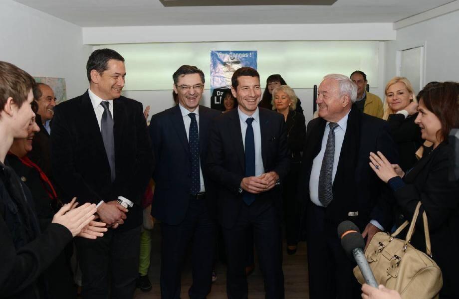 L'ancien ministre a été chaleureusement accueilli par David Lisnard et les militants qui l'entourent.