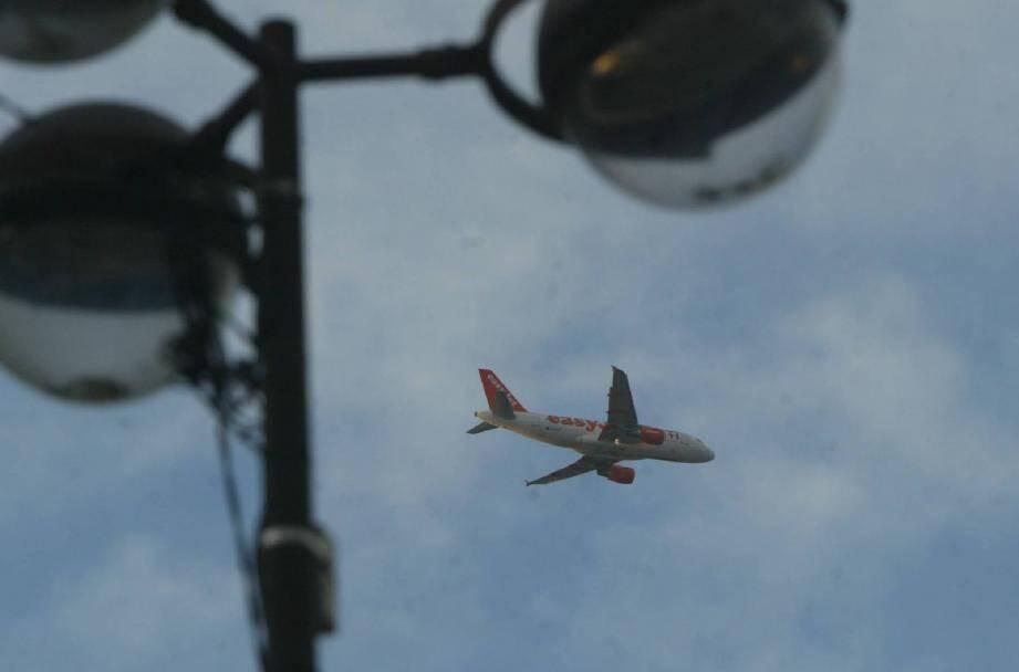Le survol aérien de la vieille ville notamment reste une réalité par mauvais temps et lors des travaux à l'aéroport de Nice.
