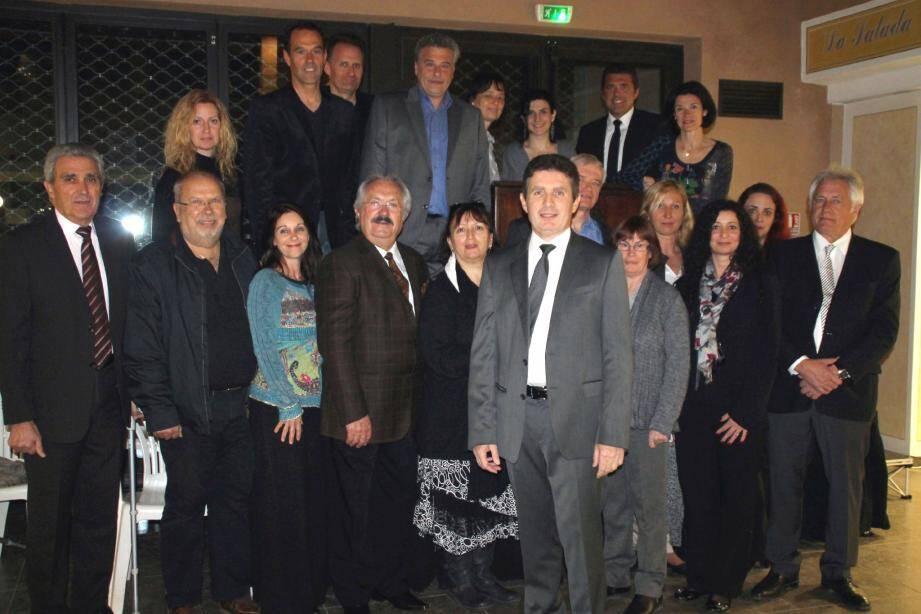 Les 26 membres de la liste «Le Rouret au cœur » autour de la tête de liste Gérald Lombardo. (Fab.B.)
