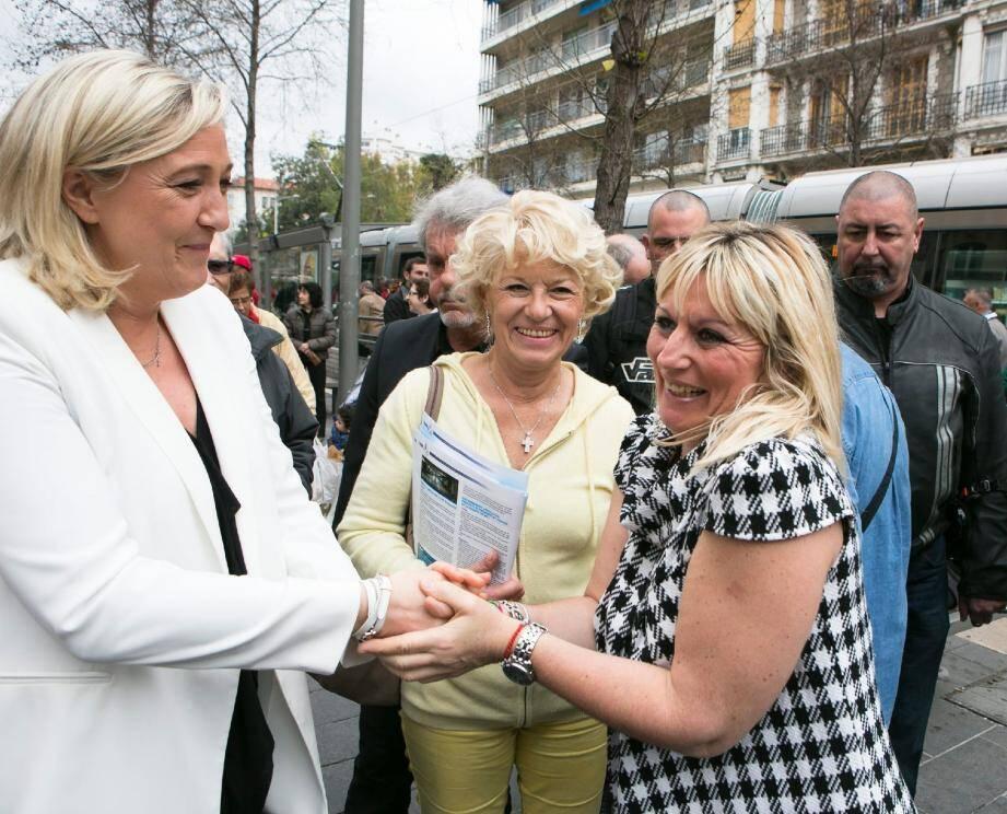 Demandes de photos, d'autographes, d'embrassades... Difficile d'exister pour Marie-Christine Arnautu à côté de Marine Le Pen.