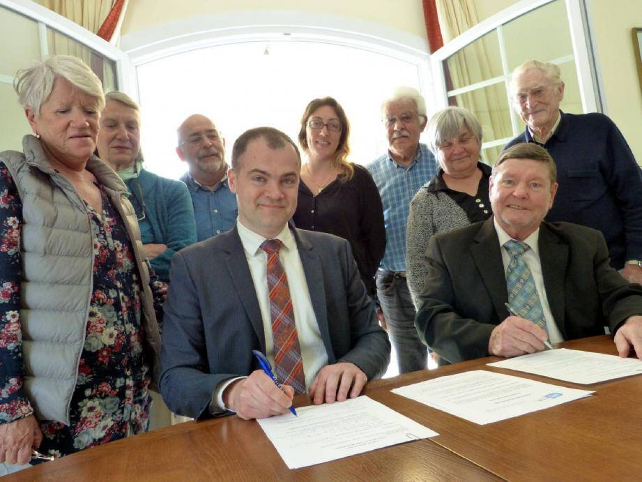 Francis Leborgne, en compagnie de ses colistiers, a signé la charte Anticor en présence de Jean-Christophe Picard.