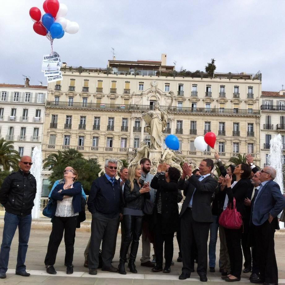 Le candidat « Toulon Bleu Marine » a organisé une action symbolique sur la place de la Liberté.