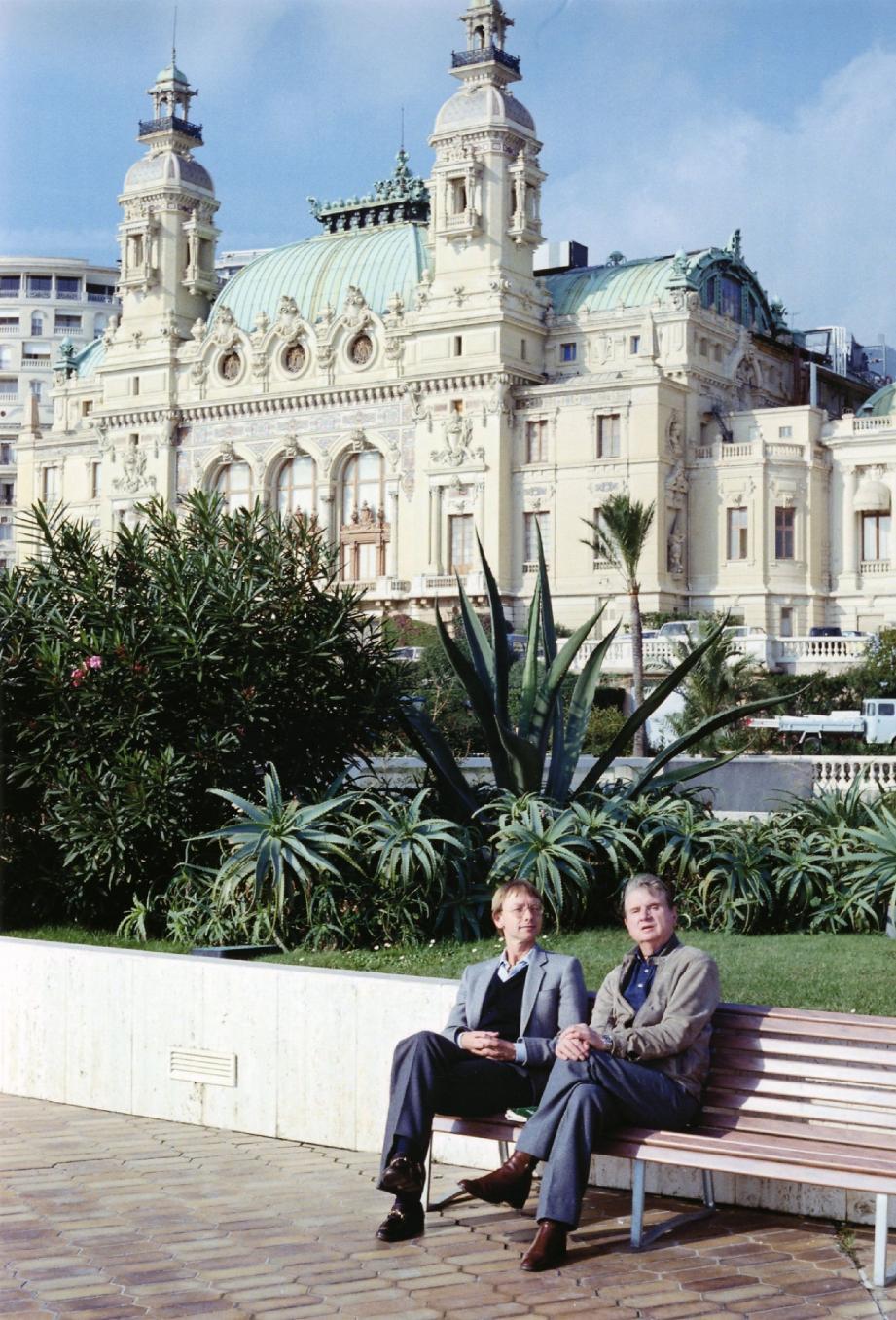 Francis Bacon, assis à droite, lors d'un séjour à Monaco en novembre 1981, accompagné par Reinhard Hassert.
