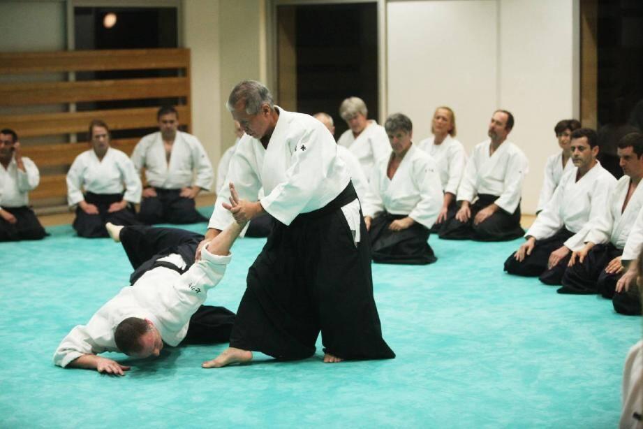 Le shihan a, pendant plus d'une heure, initié les élèves à différentes techniques.