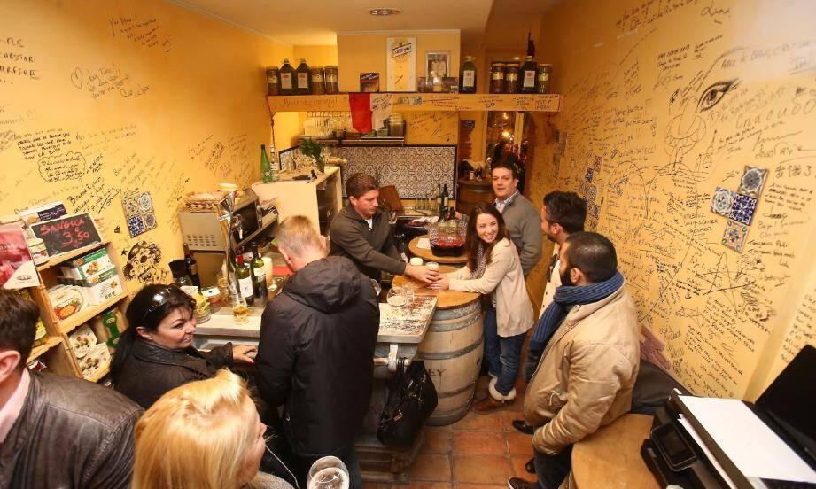Le bar à tapas La Bodeguita fait polémique sous les arcades de la place d'Armes.