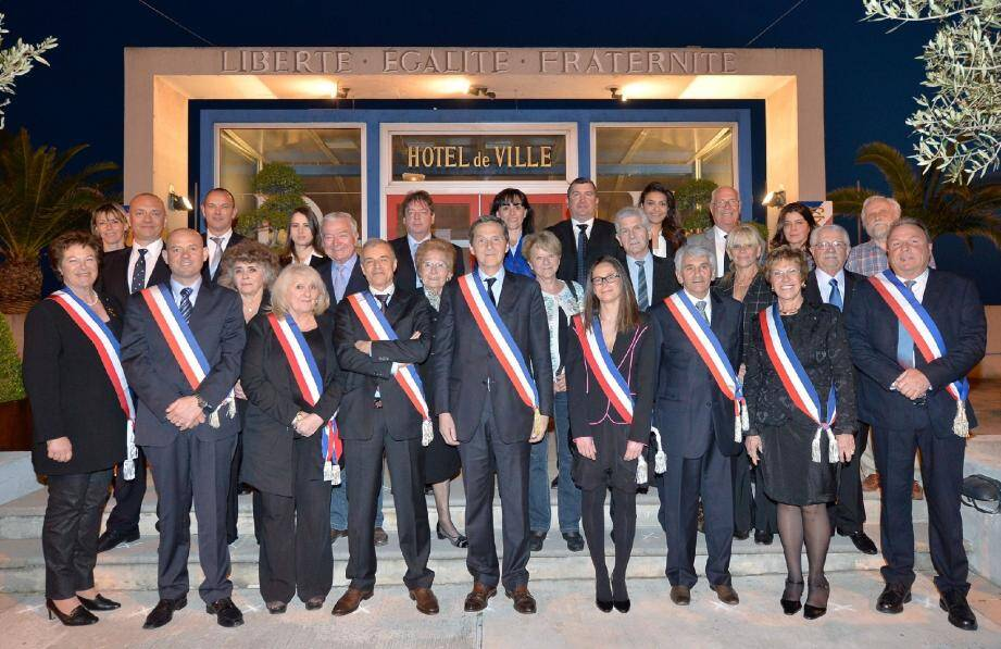 Le maire et ses adjoints arborent l'écharpe tricolore aux côtés des élus.